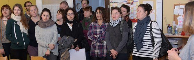 (Deutsch) Teilnehmerinnen des Qualifizierungsangebotes zur pädagogischen Fachkraft besuchen Kita